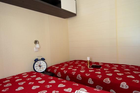 chambre deux lits gentiane.jpg