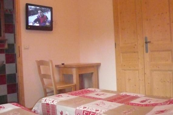 Chambre L07 avec TV Verticale (960x1280).jpg